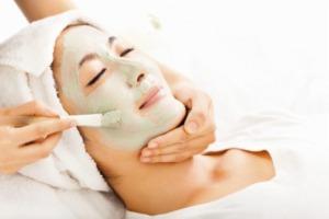 klei masker op het gezicht in de schoonheidssalon, bij basisverzorging