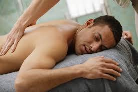 massage van de rug bij een man