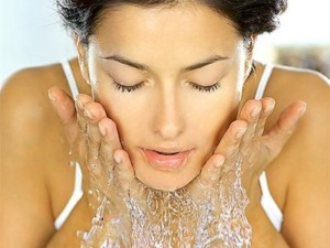 gezicht wassen met water